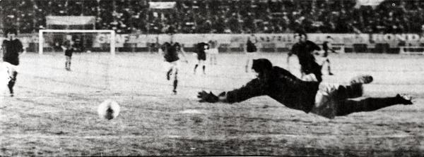 El vuelo del arquero Castillo es inútil ante el preciso remate de José Zapata para marcar el 1-1 (Recorte: diario La Crónica)
