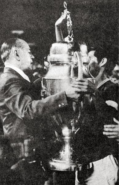 El director del INRED, Coronel Carlos Cobilich, le entrega la Copa Perú a Francisco Montero luego que el 'Taladro' se impusiera en el último partido (Recorte: diario La Crónica)