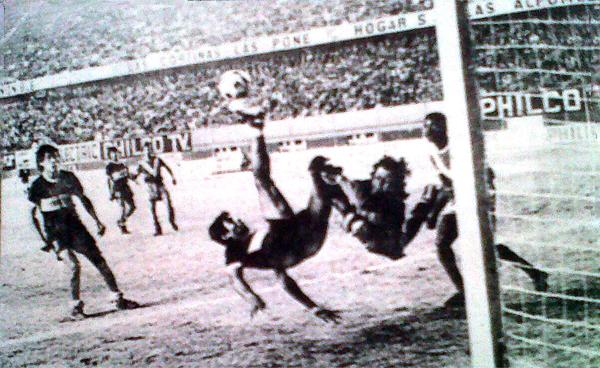 Acrobática intervención de la defensa del Boca Juniors de Ferreñafe, la vez en que Sport Áncash lo derrotó 2-1 y, en cierto, modo, recuperó terreno (Recorte: diario La Crónica)