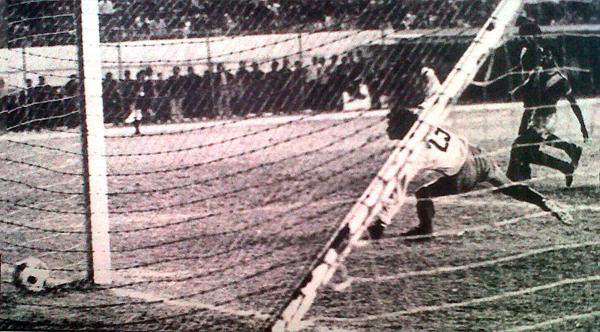 José 'Camote' Vásquez sentencia la historia en el estadio Nacional: anoa el 2-0 para Bolognesi y le pone punto final sueño de Sport Áncash por obtener el cetro de la Copa Perú 1976 (Recorte: diario La Crónica)