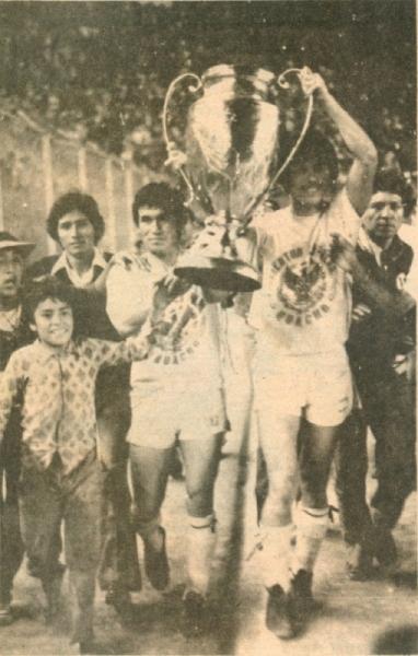 La vuelta olímpica del gran equipo campeón de 1978, luego de igualar en el partido definitivo con José Carlos Mariátegui de Ica (Recorte: revista Ovación)