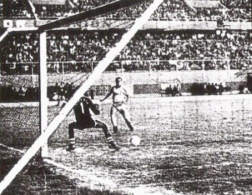 Gol de Kulisic para abrir el camino del triunfo ante Aviación de Iquitos. Fue el tanto que inició la victoria por 3-1 (Recorte: diario La Crónica)