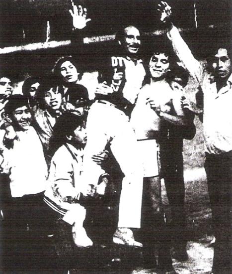 Los festejos del DT Julio Gómez al final del partido, cargado por un jovencísimo Freddy Ternero (Recorte: diario La Crónica)