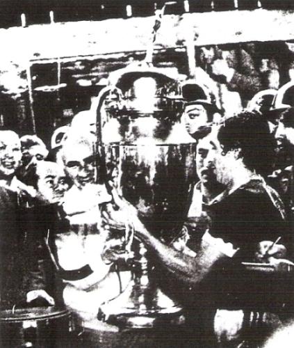 El capitán José Pérez recibe la Copa Perú de manos del presidente de la FPF, Álvaro Valdivia (Recorte: diario La Crónica)