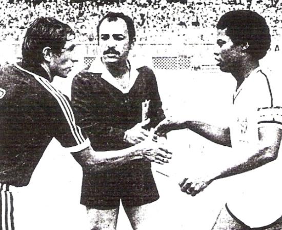 El capitán José Pérez intercambia banderines con Luis Rojas, de Gonzales Prada, ante la mirada del árbitro Leo Ramírez, antes del inicio del choque inaugural de la Copa (Recorte: diario La Crónica)