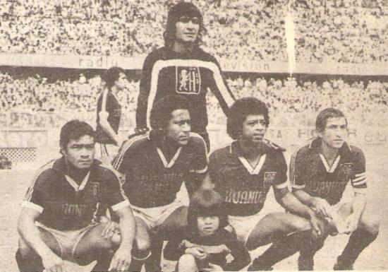 El sistema defensivo de León, sobre el cual se apoyó buena parte del éxito de 1980. Al golero Santín, lo acompañaban los hincados Enrique Chávez, Germán Lara, Miguel Chávez y José Pérez (Foto: revista Ovación)