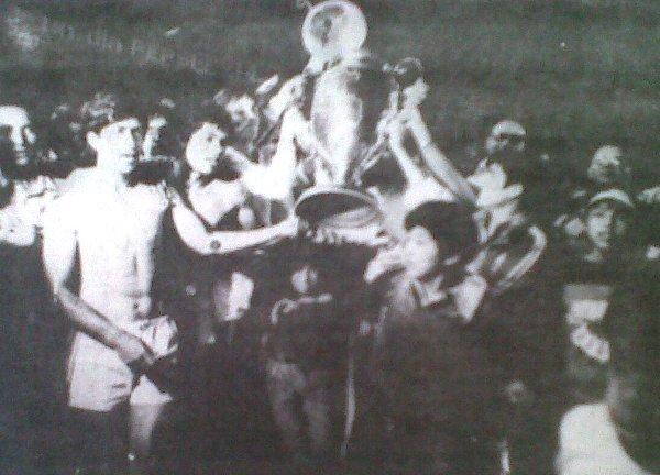 UTC culminó la Finalísima de 1981 con puntaje perfecto y obtuvo el anhelado ascenso a Primera División. En la foto los jugadores de aquel plantel levantan la codiciada Copa Perú (Foto: diario La Crónica)