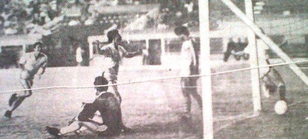 José Canevaro celebra uno de sus goles con los que UTC se impuso por 2-0 a Deportivo Garcilaso, resultado que finalmente lo catapultó como campeón de la Copa Perú 1981 (Foto: diario La Crónica)