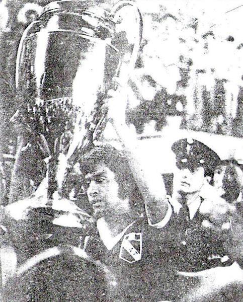 El capitán de Torino, Humberto Correa, levanta el trofeo del fútbol macho luego de ganar la Copa Perú por cuarta vez en su historia (Recorte: diario La Crónica)