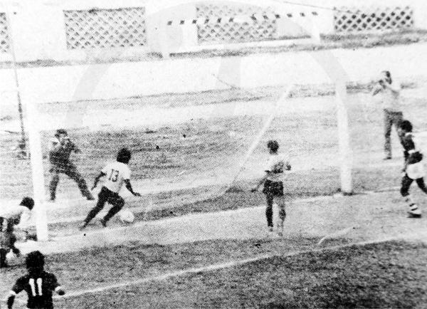 El segundo gol que sufrió Cantolao a manos de Torino, obra de Gilberto Castro (Recorte: diario La Crónica)