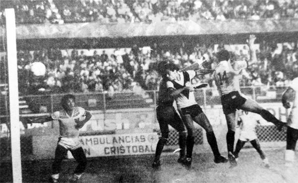 Sergio Novoa se anticipa en el salto al golero Puente y anota el empate transitorio ante González Prada (Recorte: diario La Crónica)