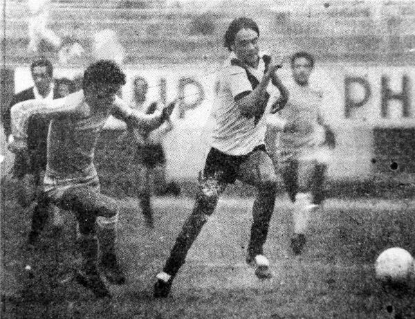 El argentino Sergio Novoa se escapa de la defensa cusqueña en el partido ante Garcilaso (Recorte: diario La Crónica)