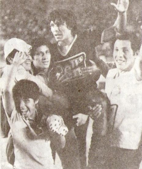 Festejos y alegría del Sport Pilsen de Guadalupe luego de ganar la Finalísima de 1983, tras un empate 0-0 ante el Barcelona de Surquillo (Recorte: revista Ovación)