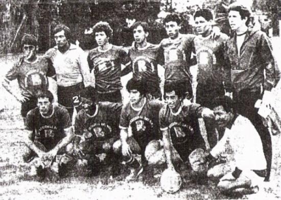 Equipo de Alianza Atlético que, conducido por 'Titín' Drago (a la extrema derecha entre los parados), fue subcampeón de la Copa Perú 1984 (Foto: diario La Crónica)