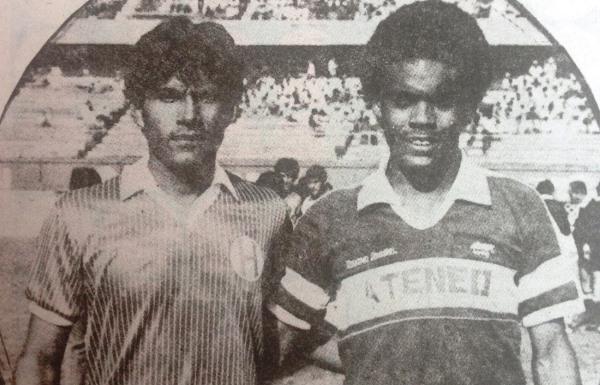 Jorge Navas, de Hungaritos, y Carlos Rojas -hermano de Leonardo-, de Ateneo, antes del choque entre ambos clubes en la Finalísima de la Copa Perú 1985, en el estadio Nacional. (Recorte: revista Ovación)