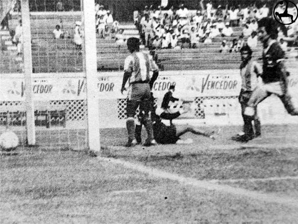 Deportivo Cañaña se despachó a su gusto con la frágil defensa que presentó Siete de Agosto (Recorte: diario La Crónica)