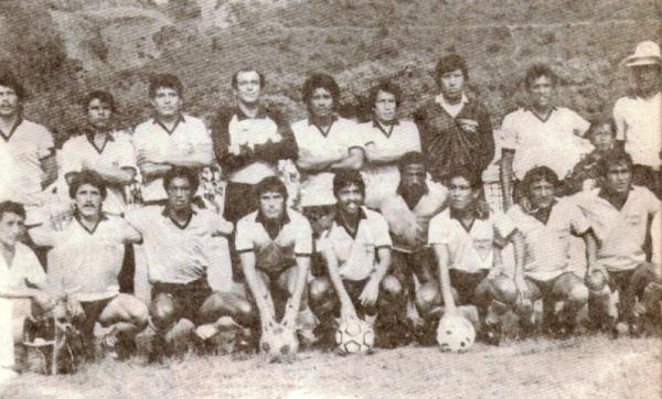 Plantel de Mina San Vicente en la Etapa Regional de la Copa Perú 1986, cuando era dirigido por Juan Joya (Recorte: revista Ovación)