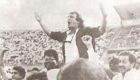 Enero de 1994: Baldessari en hombros luego de ganar la Copa Perú de 1993 al mando del Aurich-Cañaña, en el estadio Nacional (Foto: Estadio, Nº 75 p. 9)