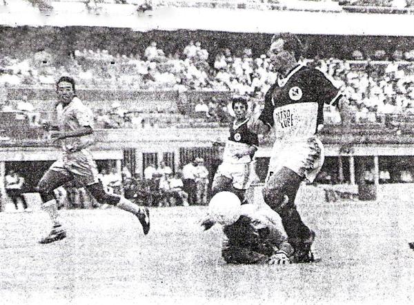 Wilmer Abad se apresta a definir luego de superar al arquero Buleje del Deportivo Garcilaso (Recorte: diario El Bocón)