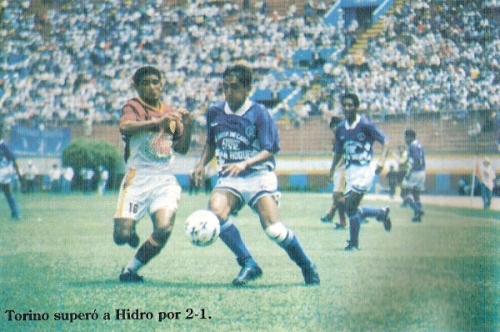 Escena del Torino - Hidro que abrió la Finalísima de 1994 (Recorte: revista Estadio)