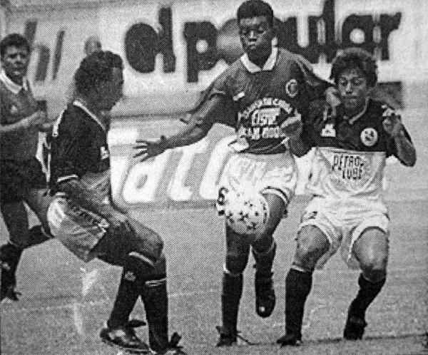 La férrea defensa de Torino se hizo sentir desde el inicio, tal como le tocó pasar en esta acción a Lorenzo Coronado, delantero del Cultural Hidro (Recorte: diario El Bocón)