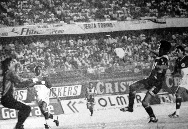 Marco Sánchez se pierde una clara ocasión frente a Juan Cardoza que se batió en el arco de Torino para empatar con Aurora (Recorte: diario El Bocón)