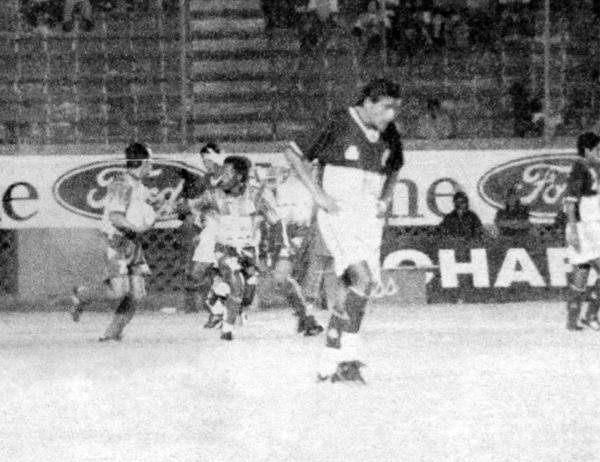 La desazón se apoderó de Torino luego del tanto de Dick Vílchez, que aquí recibe el saludo de Humberto Delgado (Recorte: diario El Bocón)