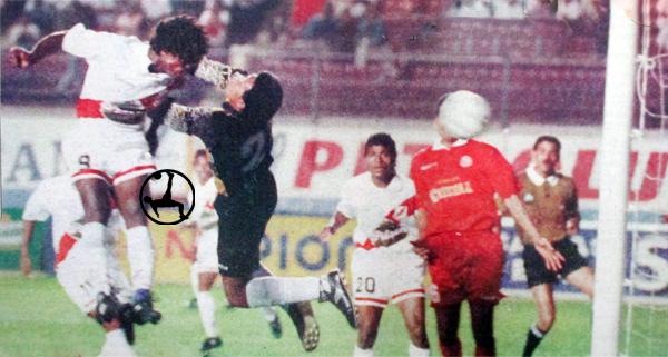 En la agonía del partido, Johnny Bravo igualó la cuenta con este golpe de cabeza (Recorte: diario El Comercio)