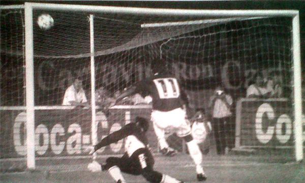 Impactante definición de Alejandro Cipriano para abrir la cuenta en el partido final de la Finalísima de 1996. (Recorte: Diario El Bocón)