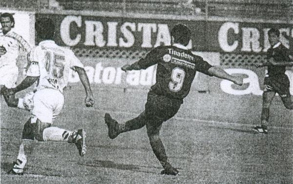 1997. Miguel Mostto saca chapa de goleador anotando un 'hat-trick' en el arco de CNI, por la Finalísima de la Copa Perú (Foto: diario El Bocón)