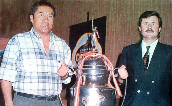 Carlos Perleche y Bernardo Checa, delegado y presidente de Aurich respectivamente, posan con la Copa Perú luego de haberse efectuado el sorteo que estableció el fixture de la finalísima del fútbol macho (Recorte: diario La Industria de Chiclayo)