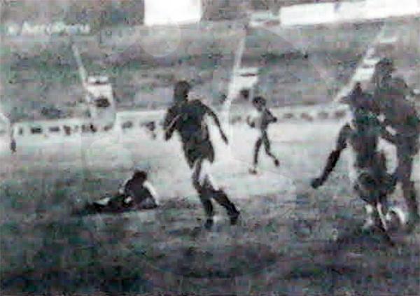 La Unión intenta superar el pórtico de Luis Ramos. Sport Bolívar logró un 1-1 en aquel partido. (Recorte: diario La Crónica)