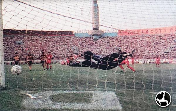 Aunque el paso de Diablos Rojos por la Finalísima 1995 no fue exitoso, sí se dio el lujo de sorprender, como en el gol de Valenzuela ante Marsa. (Recorte: diario El Bocón)