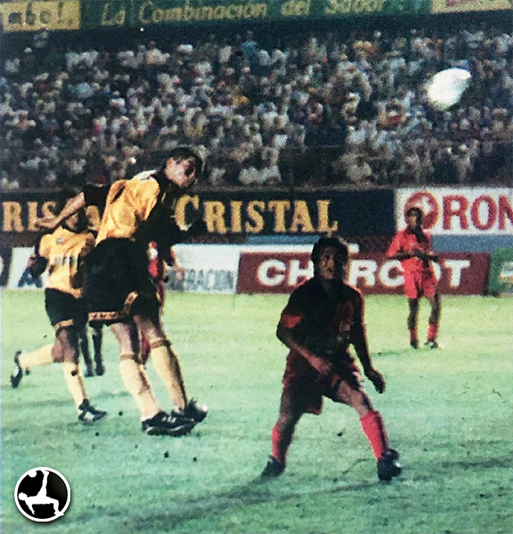 Zevallos consigue de cabeza el 2-2 final entre Diablos Rojos y Marsa. Los de Huancavelica veían con esperanza el certamen. (Recorte: diario El Bocón)