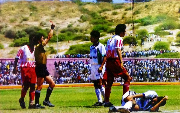 Ángel Ziani expulsa a Juan Carlos Nieto, de Bolognesi, en la final de la Copa Perú que el cuadro tacneño perdió ante IMI en 1998, en Talara. (Recorte: revista Don Balón Perú)