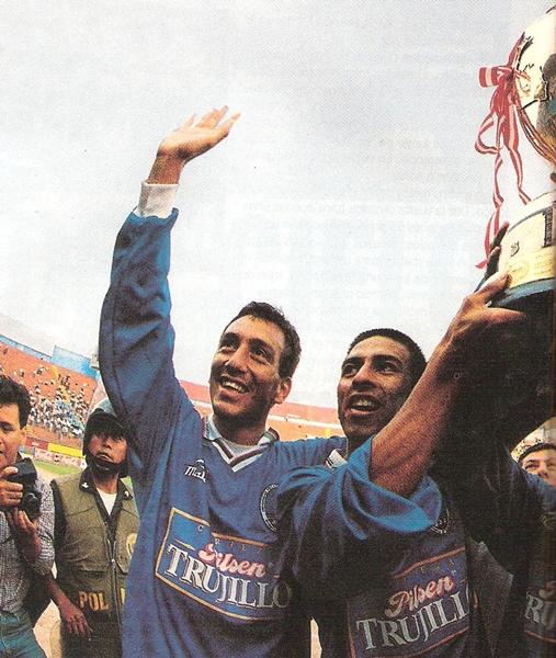 En el Estadio Nacional, UPAO levantó el pesado y enorme trofeo de la Copa Perú. Alfonso Ugarte se quedó con los crespos hechos pese al esfuerzo realizado. (Foto: El Gráfico Perú)