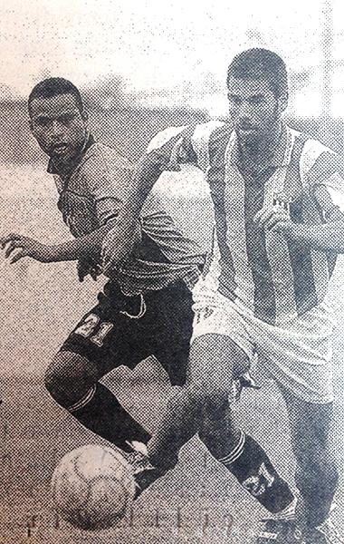 Escena del triunfo de Juventud Torreblanca sobre Atlético Chalaco que clasificó al cuadro chancayano a cuartos de final de la Copa Perú 2002. (Recorte: diario El Comercio, suplemento Deporte Total)