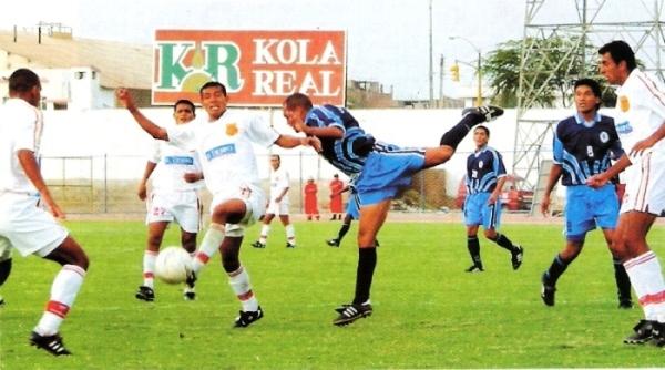 Escena del empate 1-1 entre Vallejo y Grau en el Mansiche de Trujillo por el partido de vuelta de los cuartos de final de la Copa Perú 2002. Aquella vez, la igualdad favoreció a los albos. (Recorte: revista El Gráfico Perú)