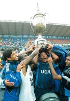 Diciembre de 2003: Vallejo alza la Copa Perú en el estadio Nacional tras golear 4-0 al DEA y asciende a la máxima categoría por primera vez en su historia (Foto: libero.com.pe)