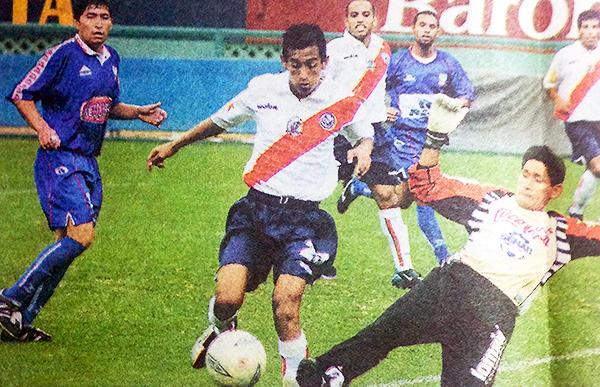 Municipal logró un 8-2 sobre Senati FBC en la Copa Perú 2004. (Recorte: revista El Gráfico Perú)