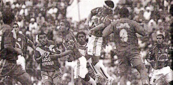 Jugando la Copa Perú fue que se dio esta escena en la que Sport Áncash y el Ugarte de Ica van arriba a la disputa de un balón (Recorte: semanario deportivo Al Toque)