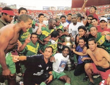 Hasta la clasificación a la Sudamericana, la máxima alegría de Áncash había sido el título de la Copa Perú 2004, tras una gran victoria en el estadio Nacional sobre Municipal por 1-3 en la final de vuelta (Foto: El Gráfico Perú, N° 263 p. 14)