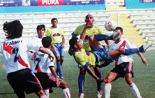 Acrobacia en el Olimpia - Gálvez de los octavos de final de ida de la Copa Perú 2005, en el Miguel Grau de Piura. (Foto: diario El Tiempo de Piura)