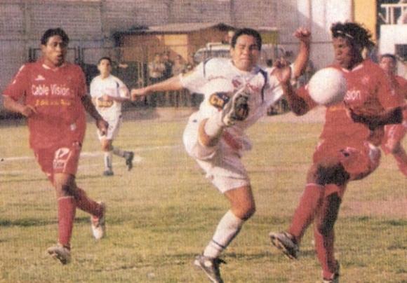 Escena del empate a cero entre Acosvinchos y CNI en el demolido estadio Andrés Bedoya de Ate-Vitarte, por los octavos de final de la Copa Perú 2006 (Recorte: semanario deportivo Al Toque)