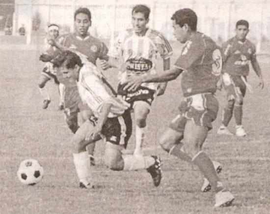 Escena de la victoria 2-1 de Jesús del Valle sobre Deportivo Hospital en 2006, en Huaral. (Recorte: Semanario Deportivo Al Toque)