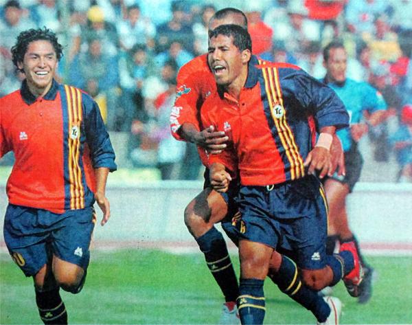 Percy Manchego celebra su gol, el segundo de Total Clean en el arco de Senati (Recorte: diario El Pueblo de Arequipa)