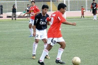 Curiosa imagen de un enfrentamiento entre Juan Aurich de La Victoria y Juan Aurich de Pacora en 2007, cuando ambos estaban en la Copa Perú (Foto: programatirolibre.blogspot.com)