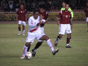 Ismael Pereda en acción durante la victoria 0-1 de Sport Águila sobre Idunsa en Arequipa por la semifinal de vuelta de la Copa Perú 2007. (Foto: diario Correo de Arequipa)