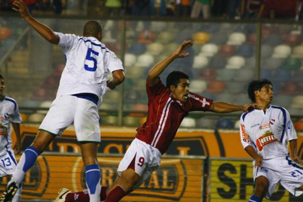 Pedro Sanguinetti batiéndose la decisiva noche del empate ante Torino, por la Finalísima de la Copa Perú 2008, que devolvió al CNI a la elite del fútbol rentado. (Foto: archivo DeChalaca.com)