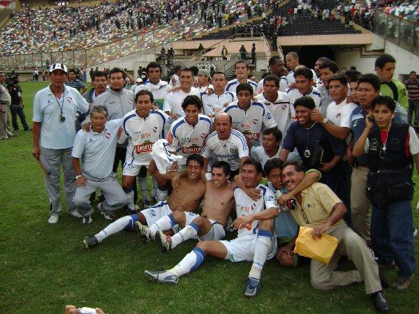 Celebrando en el Monumental de Ate luego de clasificar a la Finalísima (Foto: DeChalaca.com)
